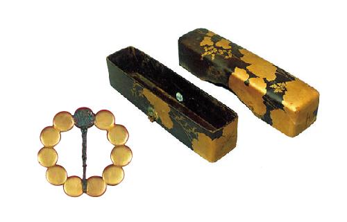 3 สิ่งของที่ขุดได้จากสุสานของ<br>เจ้าครองเมืองเซนไดแต่ละรุ่น <br>(เข็มกลัดโลหะ / กล่องเคลือบเงาสีทองสำหรับเก็บเครื่องเขียนต่างๆ)